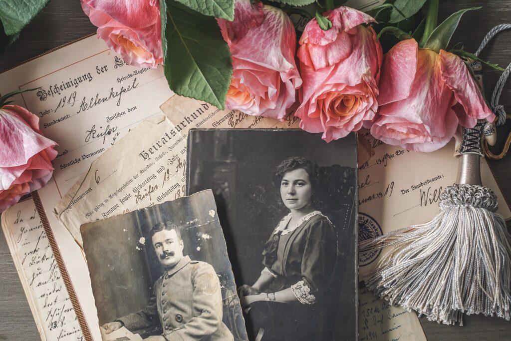 chercher l'inspiration parmi les souvenirs et les photos du défunt pour écrire un discours d'enterrement et créer une cérémonie funéraire personnalisée